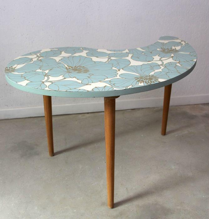 jolie table tripode en forme de haricot dont le plateau a été