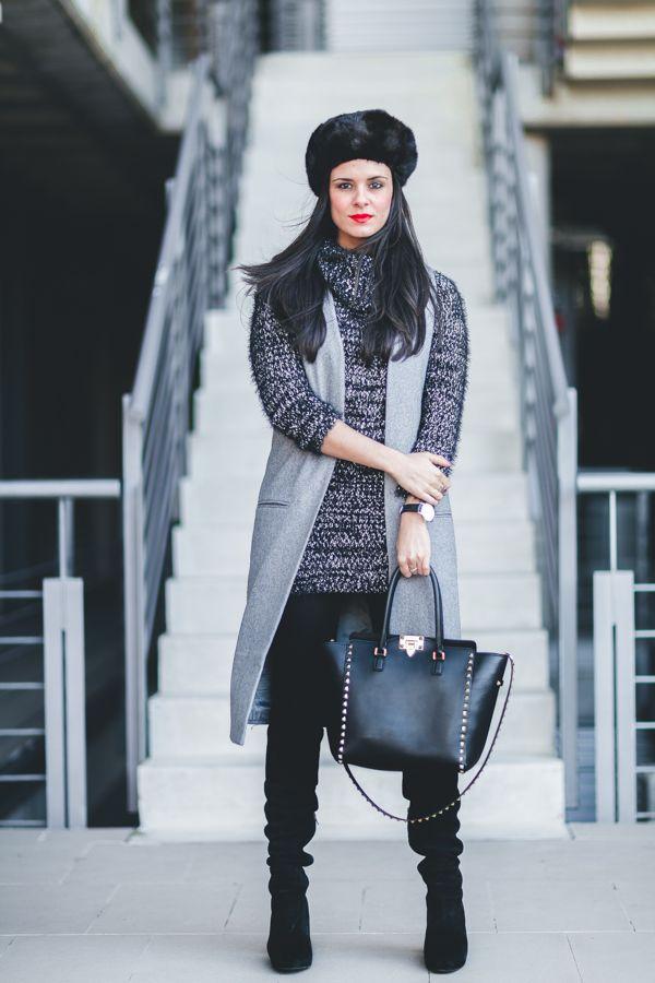 Fur hat gorro de pelo chaleco largo gris vestido de punto bolso Valentino  Rockstud negro botas mosqueteras Crimenes de la Moda blog d8b49924b55
