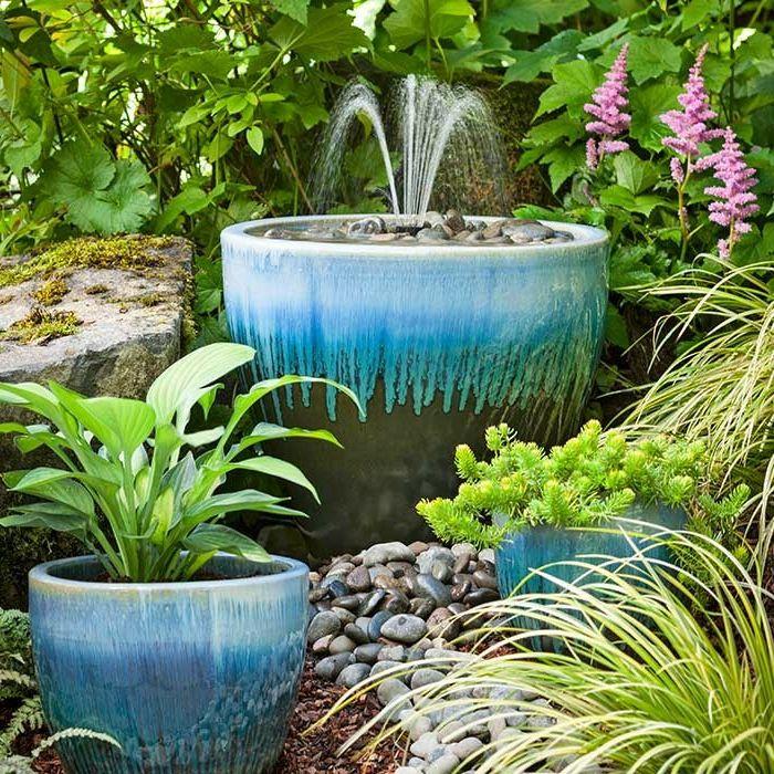gartenbrunnen pflanzentopf ähnlich pflanzen steine - gartengestaltung mit steinen und pflanzen
