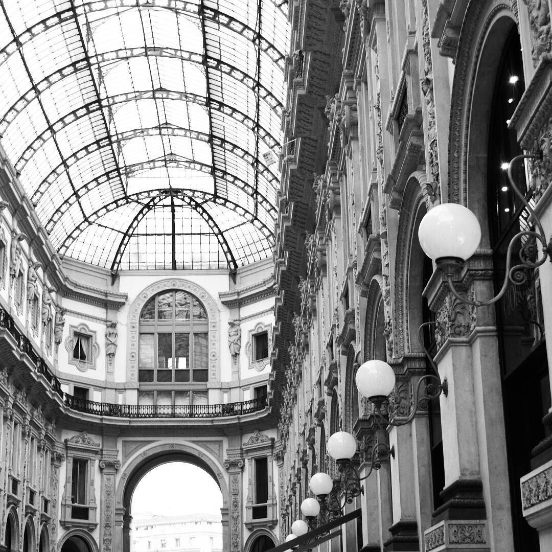 #architecture #parfaite #beauty #milano #city #italia #instapassport #instatravel #world #lights #picoftheday #classy #blackandwhite #photo #streets #instamood #instamoment #cool #blogger #mfw by lesitearty