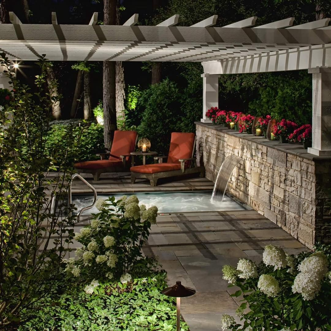 Privilégio de quem tem um spa particular: chegar em casa e relaxar numa hidro com direito a jardim privativo. Sonho, desejo.......