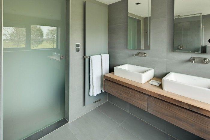 Mooie kleurencombinatie met grijs en hout in de badkamer ...