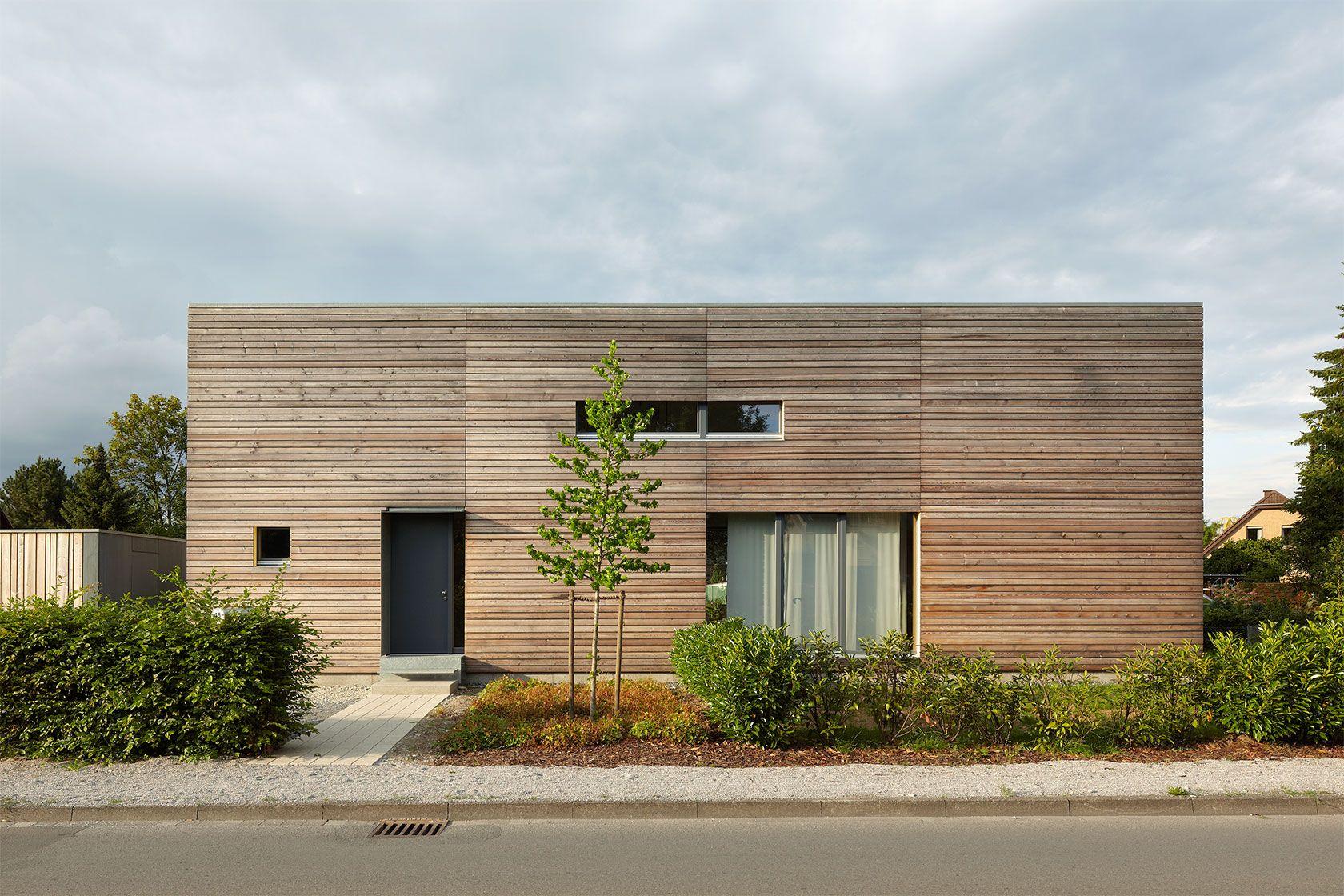 Kompaktes haus holzrahmenbau l rchenholzfassade rheda for Modernes haus zurich