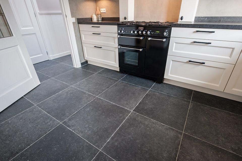 De veelzijdigheid aan kleur, afwerking en formaat kenmerkt het assortiment keramische vloertegels van KROON Vloeren in Steen. Tegels van beste kwaliteit.