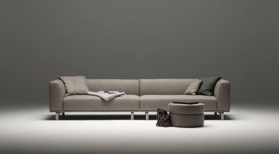 Hochwertiges Designer 3 Sitzer Ecksofa In Dunkelgrauem Stoff Und Mit Dazu Passendem Hocker Von Sitzfe In 2020 Sofa Design Designer Couch Und Sofa