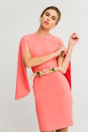 bc8594be9b1 Shoponline vestido corto coral cenido con mangas efecto capa para madrina de  boda o vestido para invitada de boda de dia primavera verano apparentia ...