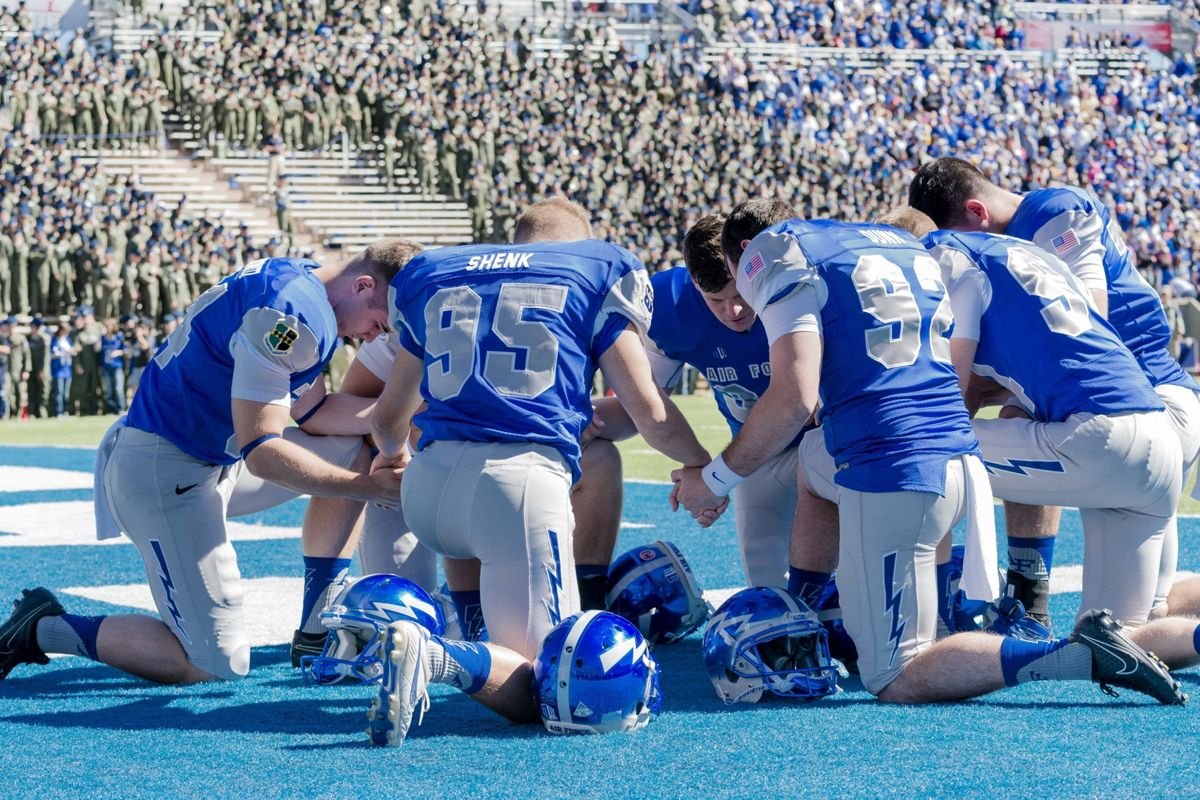 Air Force Academy Falcons Tebow Prayer Circle Under Investigation With Images Football Players Kneeling Kneeling In Prayer Air Force Academy