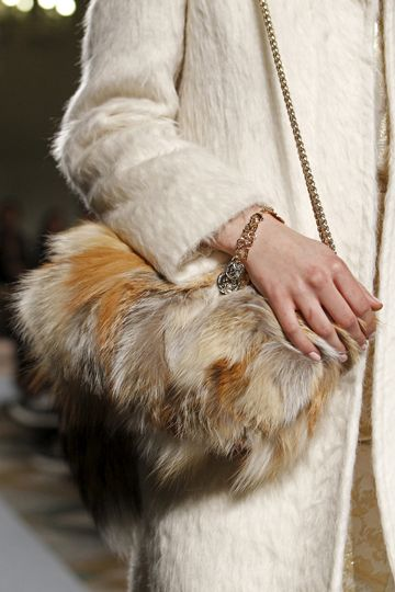 El bolso de pelo largo de Blugirl Tipo Zurron Long Fur Handbag A must Have  this Winter 5f6a3762c740