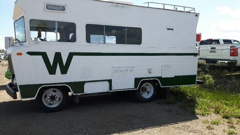 1973 winnebago brave d-18  has been restored  new flooring, cushions