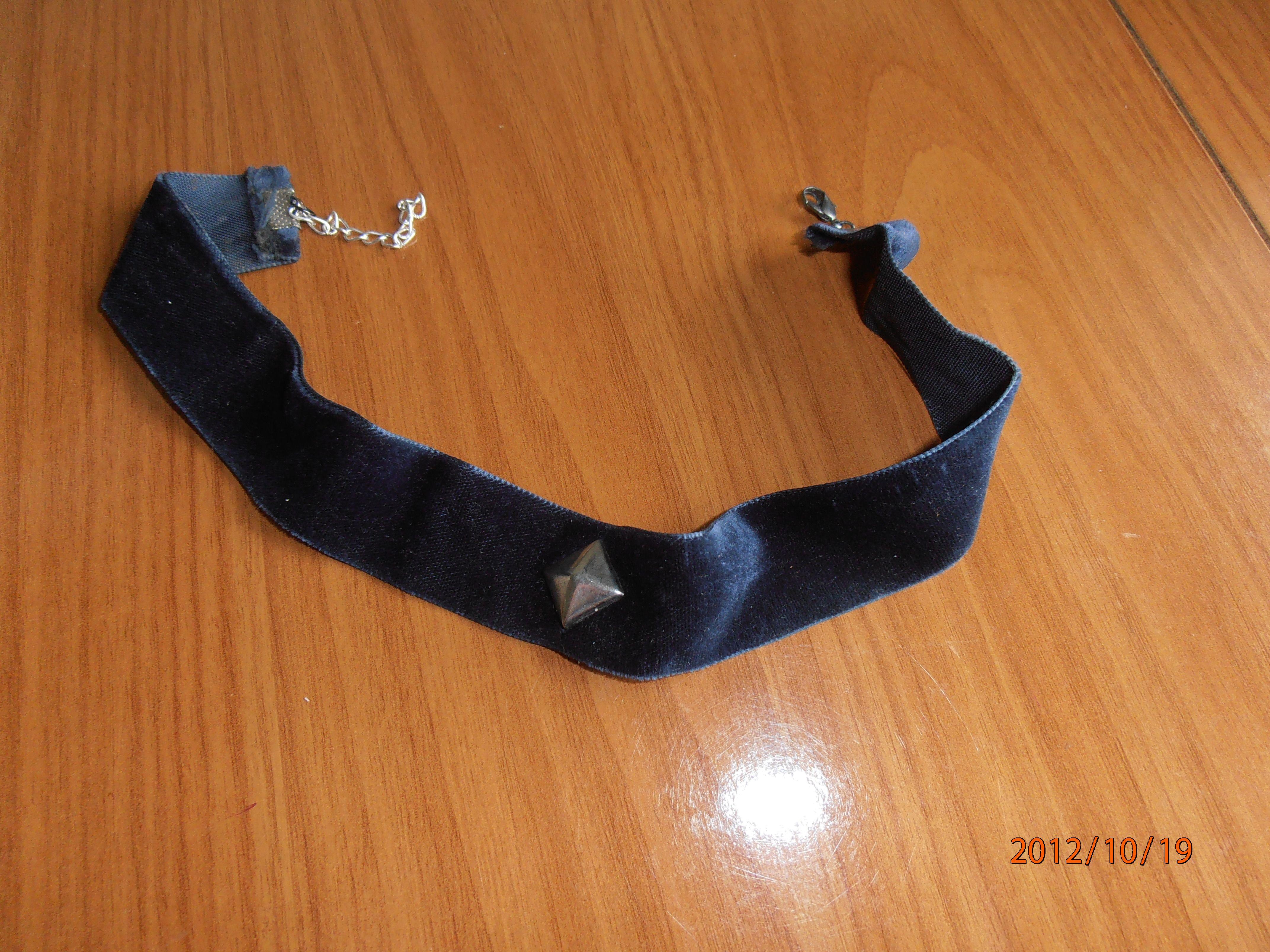 Gargantilla de terciopelo azul marino con tachuela en medio.