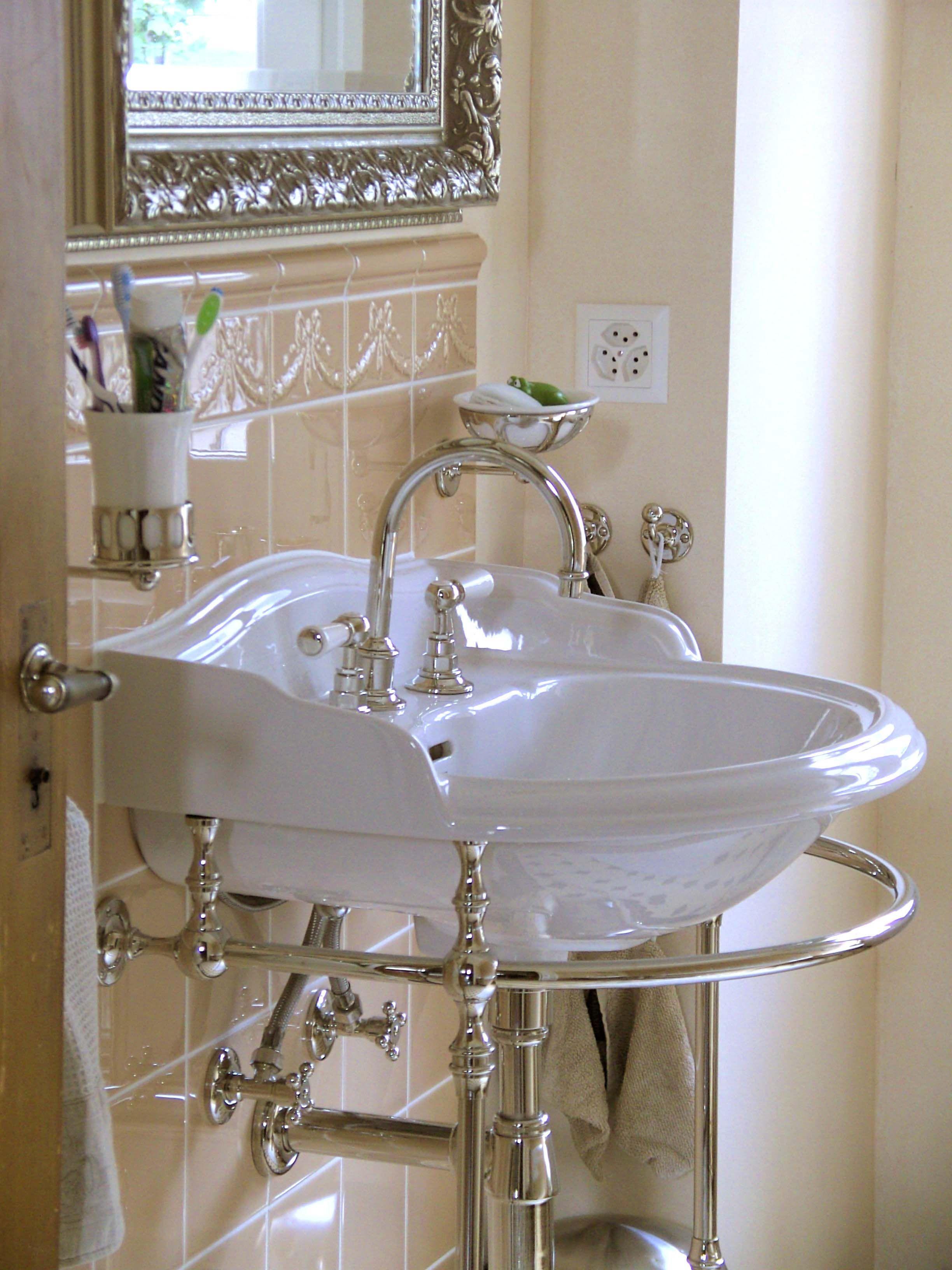 Waschtisch Richmond Im Viktorianischen Stil Waschtisch Dasaugebadetmit Viktorianisch Traditionelle Bader Viktorianisches Badezimmer Viktorianischer Stil