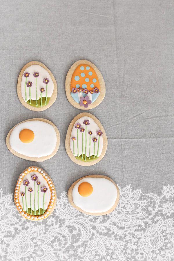 """La """"Pascua florida"""" nos trae muchas tradiciones culinarias, algunas más arraigadas que otras, pero costumbres que, al fin y al cabo, nos alegran el paladar. Hoy vamos a enseñaros cómo hacer tres galletas diferentes de huevo para laPascua:estamos seguros de que van a gustar mucho en casa, sobre todo si las servimos en el desayuno. La base es una masa de galletas de azúcar y mantequilla que la aromatizaremos con extracto de vainilla y un poco de zumo de limón. También podríamos añadirle ..."""