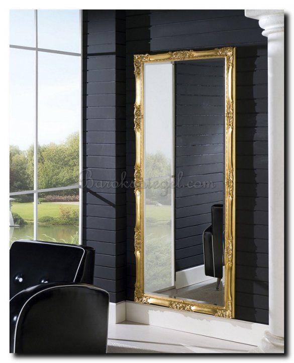 Grote Gouden Barok Spiegel.Mooi Een Grote Spiegel Met Gouden Lijst Tegen Een Donkere