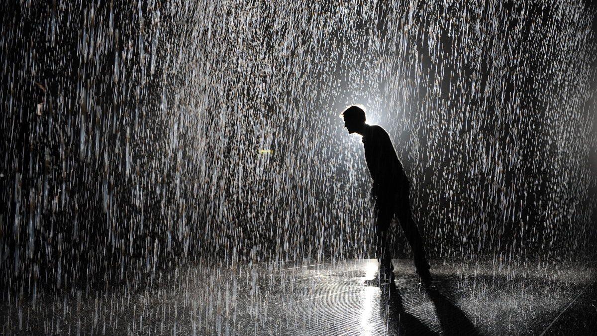 """Im """"Rain Room"""" im Barbican Center in London konnte man erleben, was es mit dem Regen auf sich hat.  Credit: EPA"""