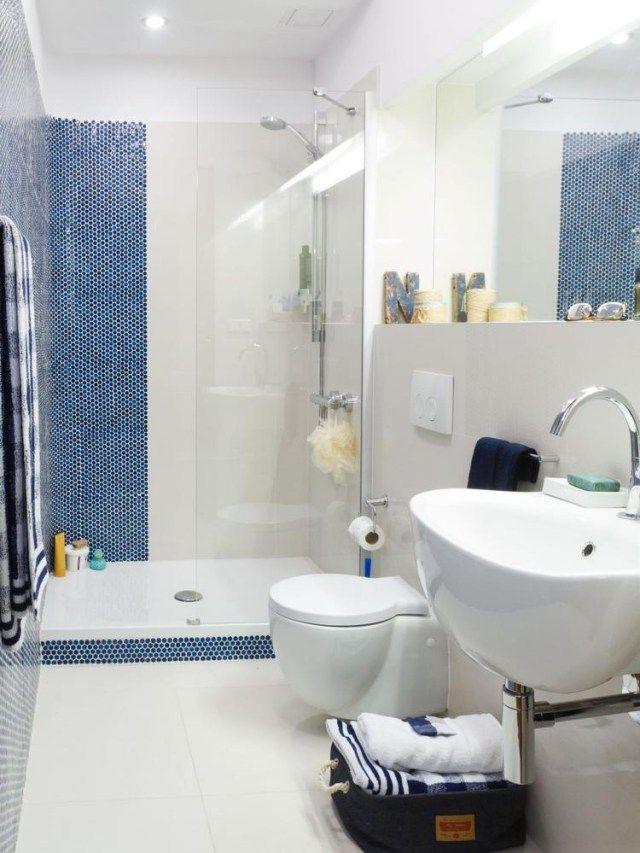 kleines bad walk-in glasdusche fliesen weiß blaue mosaik | bad, Hause ideen