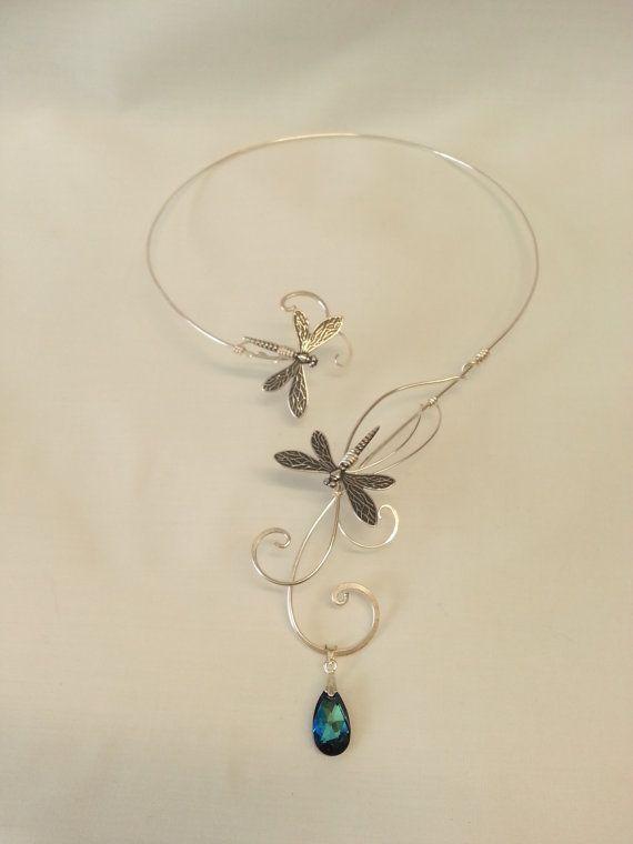 Diese atemberaubende Bermuda Blau Swarovski Elemente Silber Libelle Torques Halsband wird in Handarbeit mit dicken Silber vergoldet Metall und Swarovski Elements Bermuda Blau Kristall kunstvoll verwoben miteinander, um dieses schöne Design zu erstellen, perfekt für Hochzeiten oder