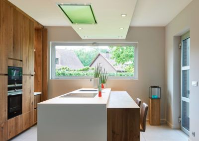 Hedendaagse keuken met een wit keramisch tablet dat als strak