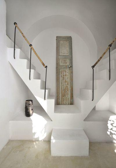 Deux escaliers blancs tout en simplicité pour accéder aux étages plus de photos sur côté