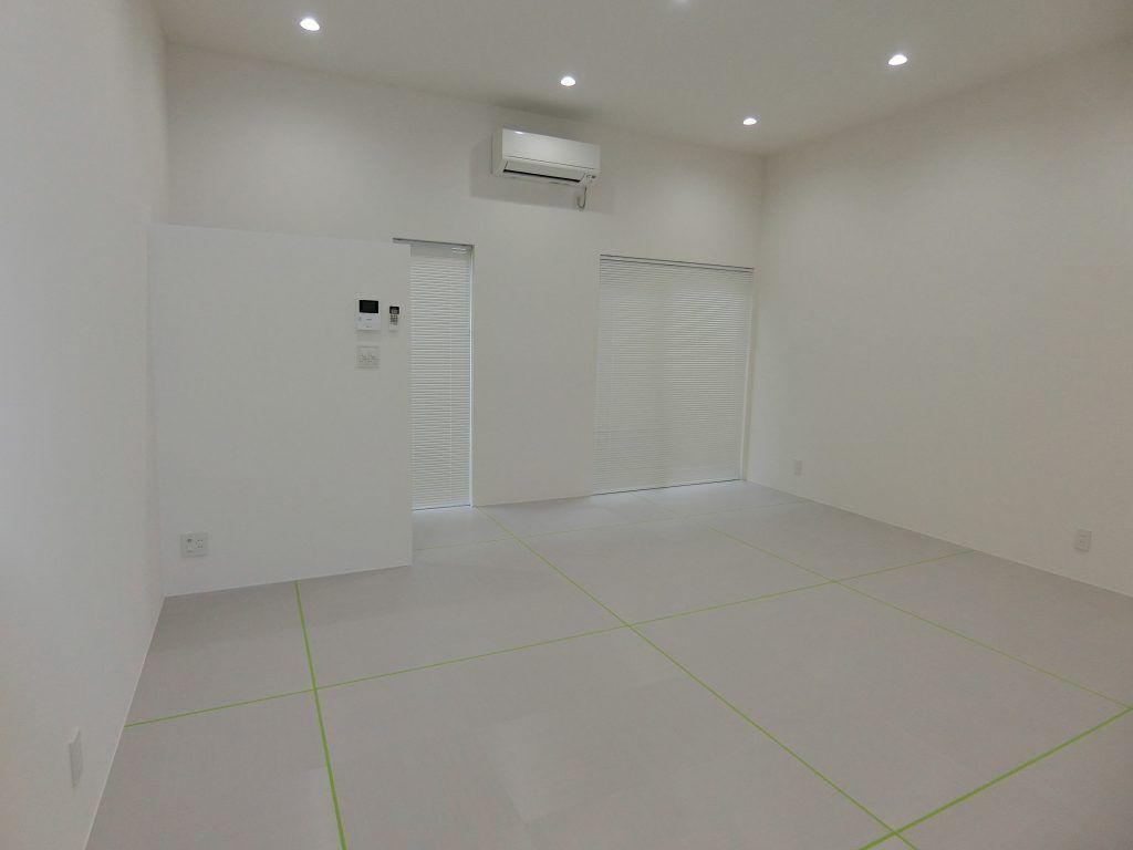 照明で変わる 天井高3mの白い広々空間 照明 天井 空間