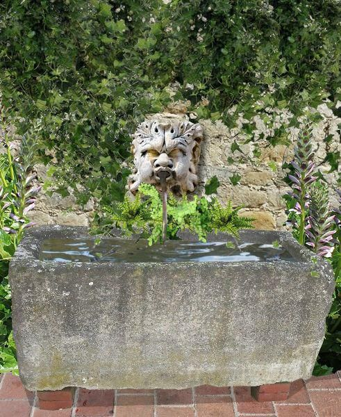 Installer une fontaine murale avec une gargouille au jardin jardin pinterest fontaine for Installer une serre de jardin