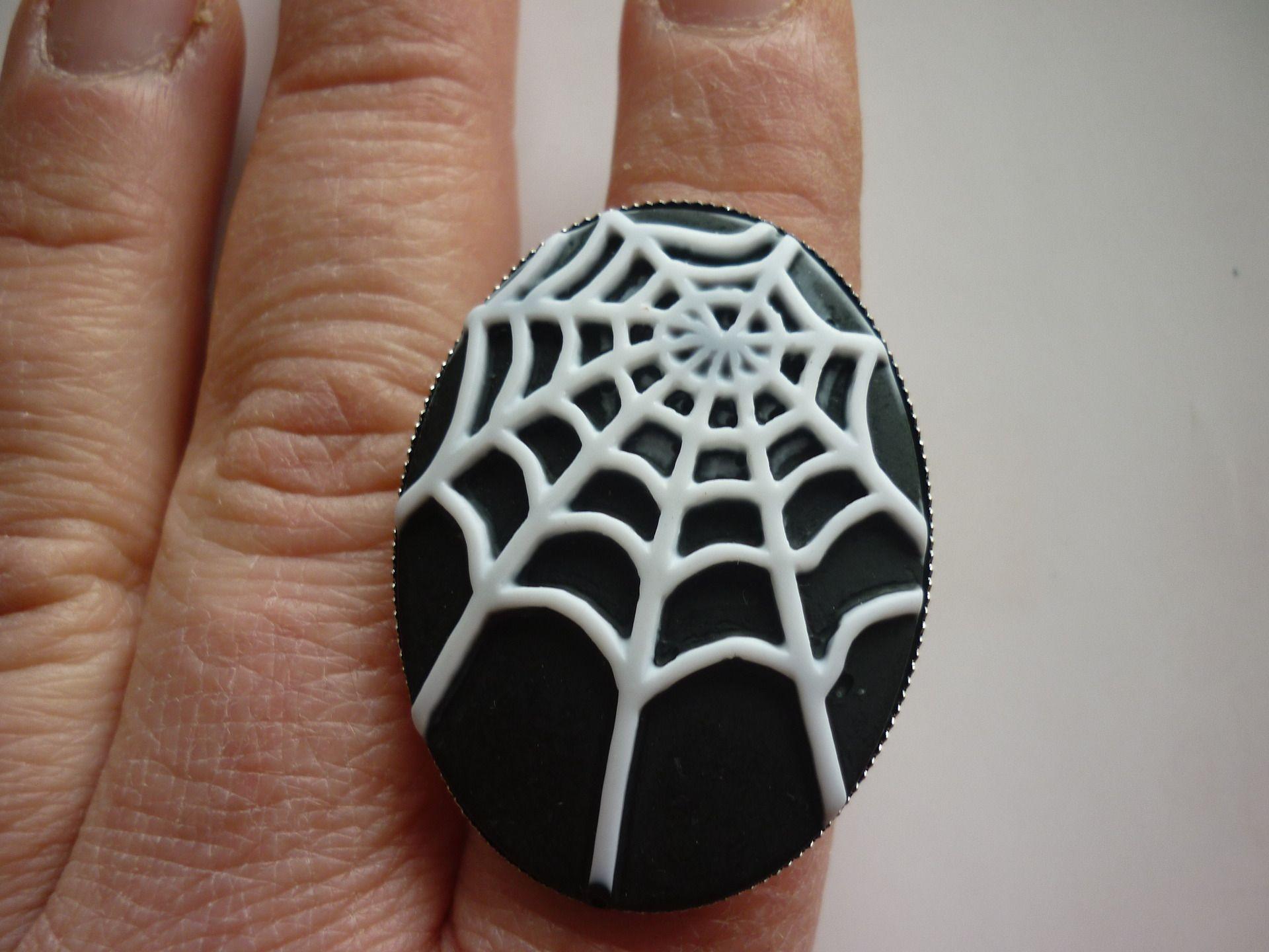 Bague ovale camée toile d'araignée sur fond noir. : Bague par laboiteabijouxnanny
