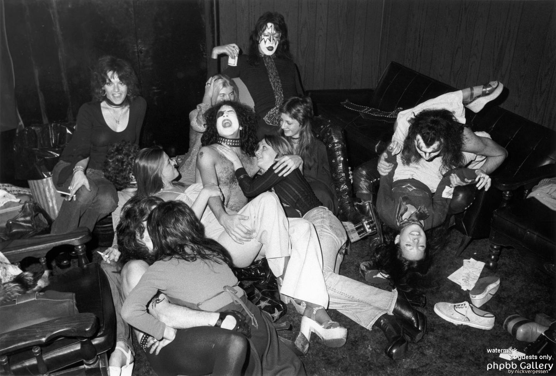 Kiss and some groupies. heh heh. | Groupies, Hot band