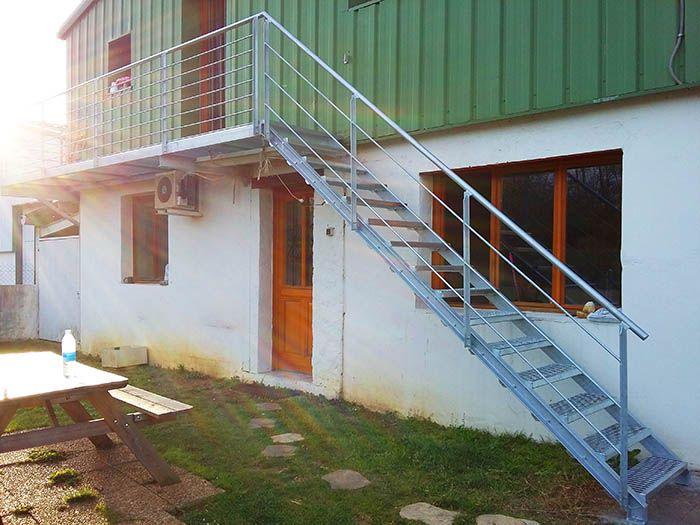 Vista de la escalera con la pasarela acero madera ruedas for Escalera exterior de acero galvanizado precio