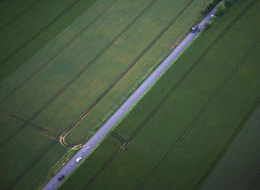法国 乌伊斯特勒昂 Ouistreham France,公路从大片田野中穿过。乌伊斯特勒昂所在的诺曼底地区是法国西北部著名的历史文化区,每年6到10月是当地最佳旅游时节。摄影师:Joel Saget