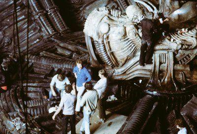 """Eva Arriaga Durán on Twitter: """"🎬 Ridley Scott preparando junto a su equipo el rodaje de """"Alien""""; junto a ellos, el Space Jockey. https://t.co/xZ6rtjWgJA"""""""