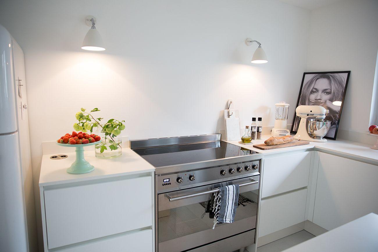 weiße Küche matt ohne Griffe mit weißer dünner Arbeitsplatte ...