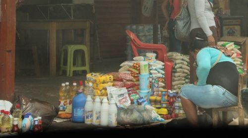 Imágenes de un saqueo, productos venezolanos llenan las calles de Maicao