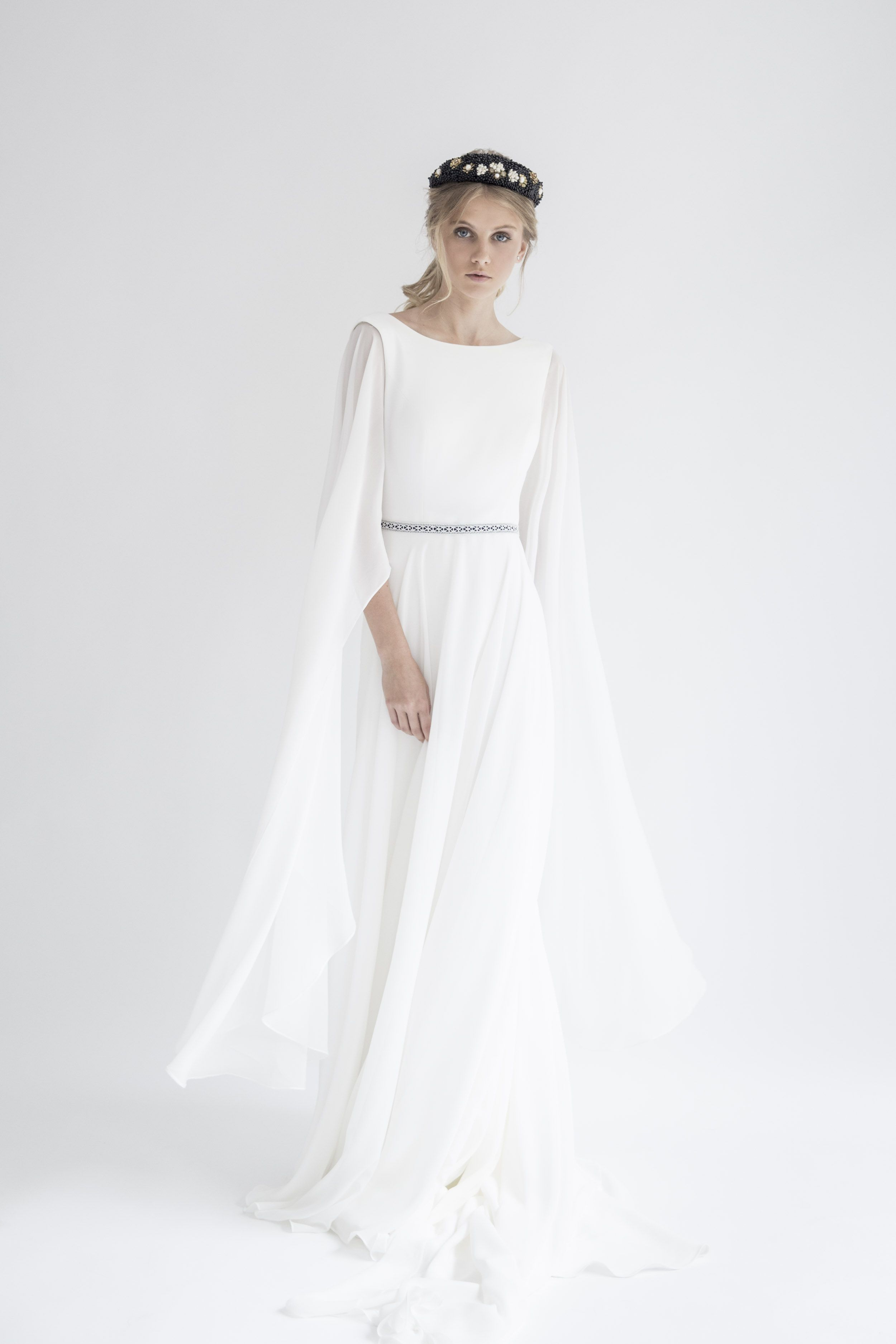 d7cf149a4 Vestido de novia de gasa de seda natural con manga larga campana. Detalle  de color