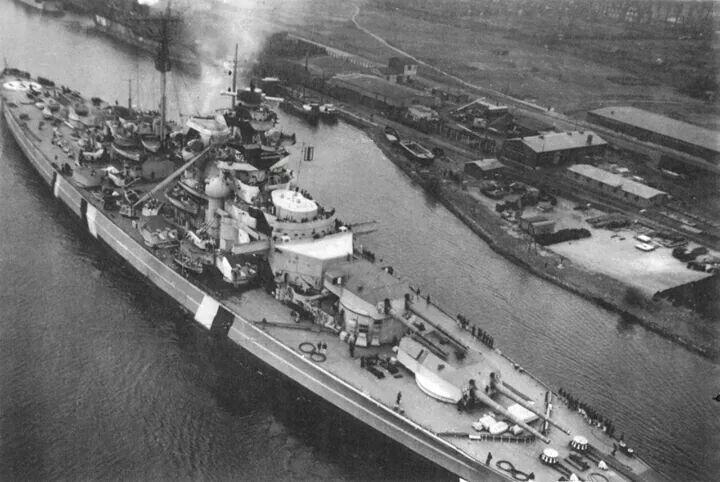 戦艦ビスマルクを上空からみる壁紙