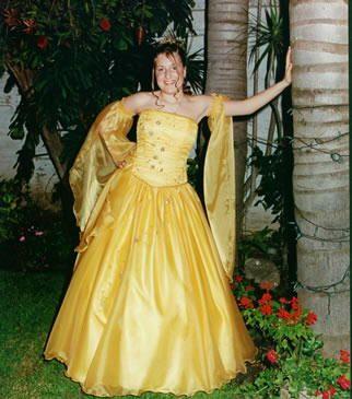 Vestido largo, amarillo claro.