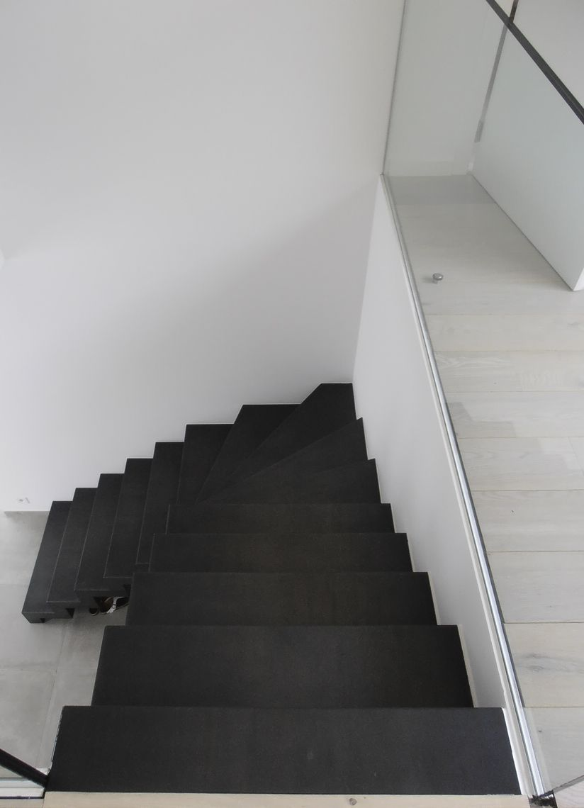 Zwarte stalen trap met kwartdraai trap trap trappen for Trap met kwartdraai