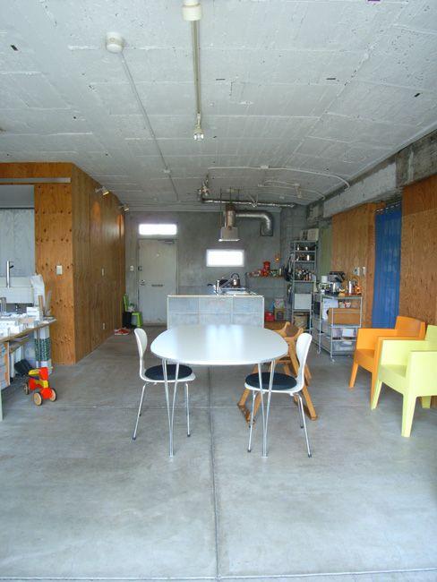 むき出しのコンクリート天井によく合う全面モルタルの土間床 リフォーム マンション 内装 床