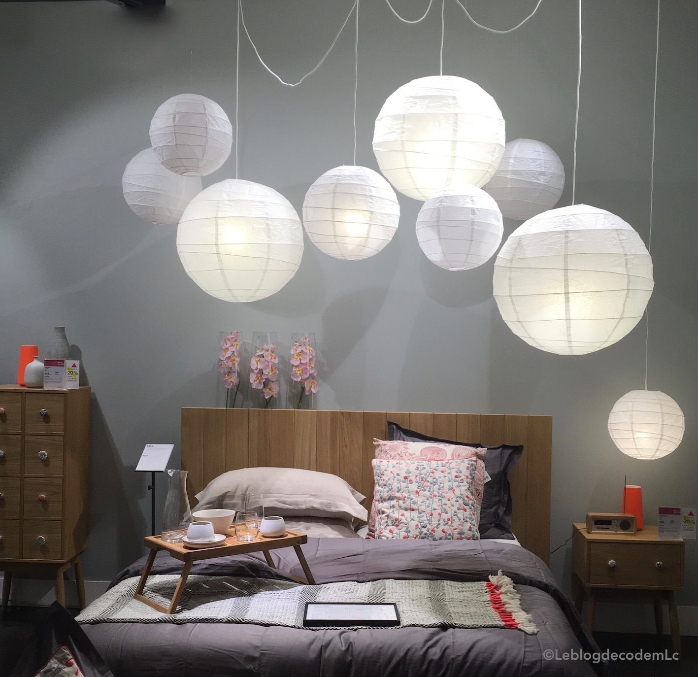 La lampe de chevet se place en suspension dans la chambre