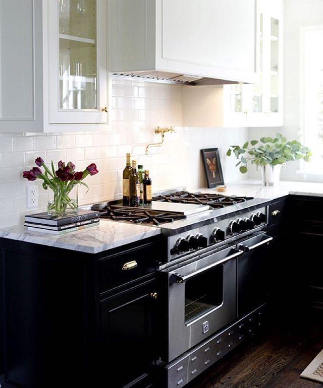 Love the contrast cabinetry in this Seattle cottage style kitchen by Designer Katie Hackworth @katiehackworth for H2 design.  #designinspiration #pickoftheday #kitchendesign #interior