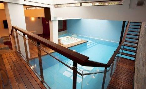 Une jolie construction de piscine intérieure, pour prolonger lu0027été - Piscine A Construire Soi Meme
