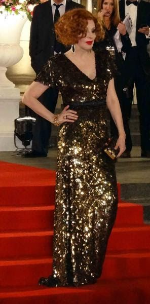vestido negro con brillos dorados