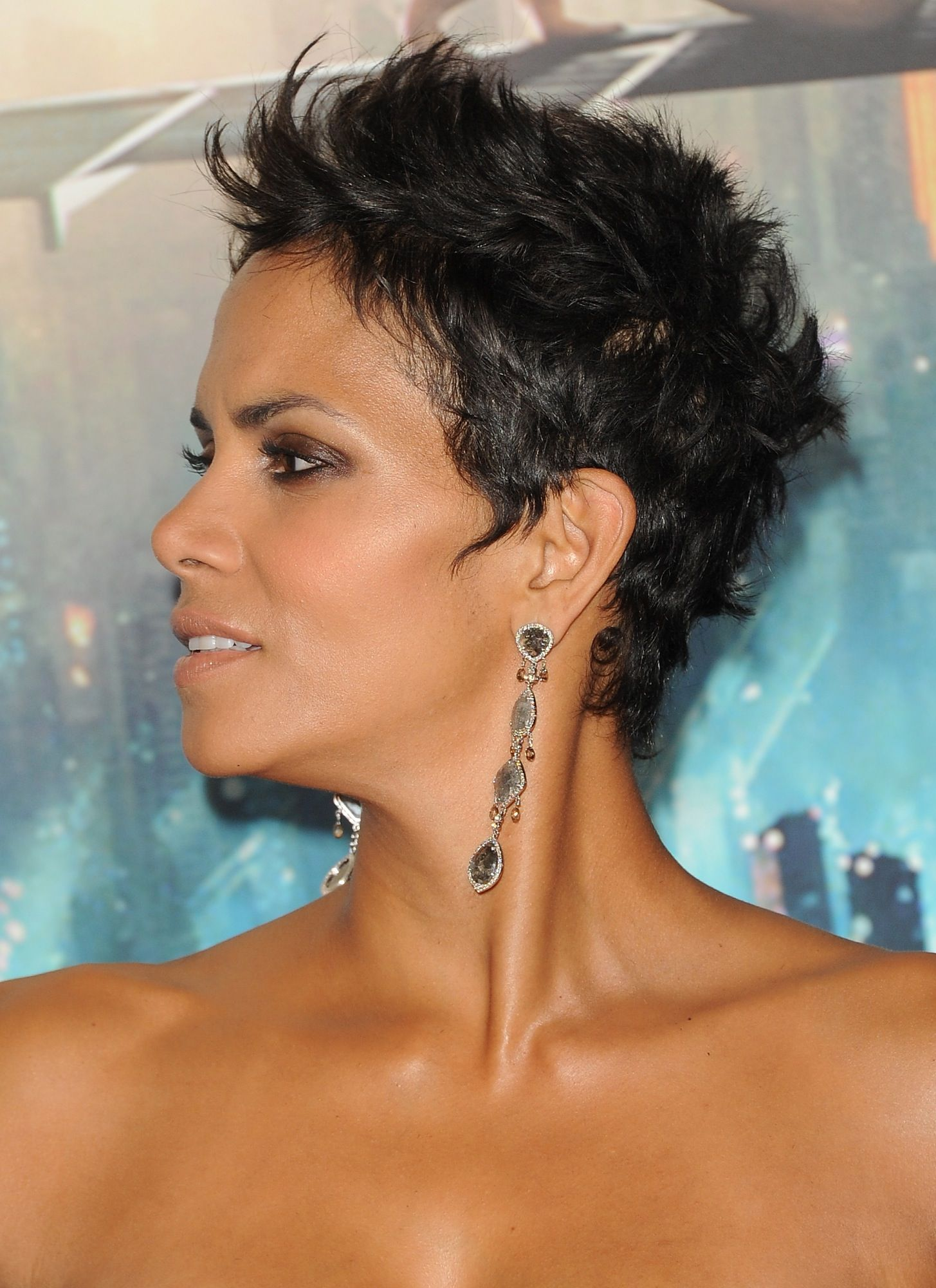 Coiffure Courte Halle Berry Halle Berry That Cut Is Sick With It My Style Cheveux