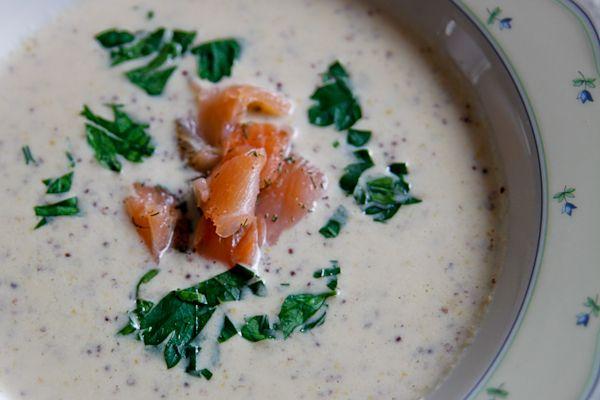 Eine kräftige, würzige Suppe mit ungewöhnlichen Suppen-Zutaten: Champagner und Senf. Auf jeden Fall exotisch genug, um diese Kombination selbst einmal auszuprobieren.