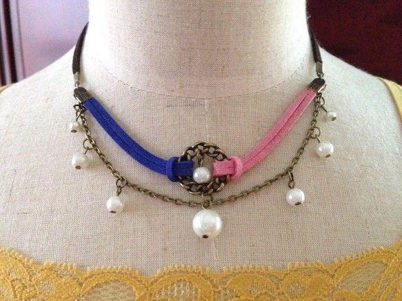 女性らしいパールを可愛いネックレスにしてみましたスエード紐は、3色、青、ピンク、茶を使っています。チェーン部分は、金古美を使って、パールをつなげていきました。...|ハンドメイド、手作り、手仕事品の通販・販売・購入ならCreema。