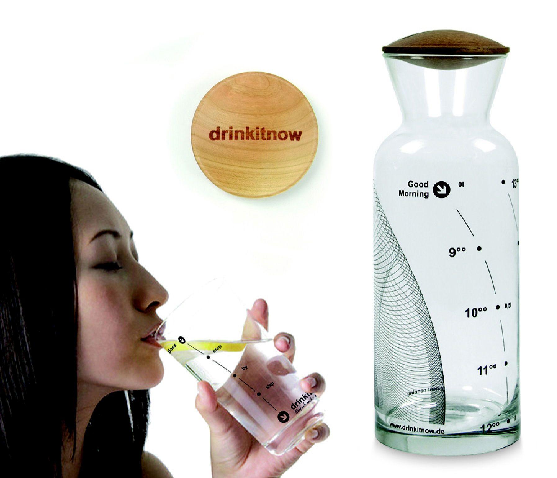 Vodná karafa Drinkitnow obsahuje sklenenú karafu s dreveným vekom a navyše pohár, ktorý ešte viac uľahčí držať pitný režim. Karafa Drinkitnow zaisťuje dostatočnú dennú dávku tekutín vďaka stupnicu, ktorá neukazuje mililitre alebo inú nudnú jednotku, ale čas. Teda ak sú už tri hodiny popoludní a hladina je až u 13:00, je čas si výrazne naliať.