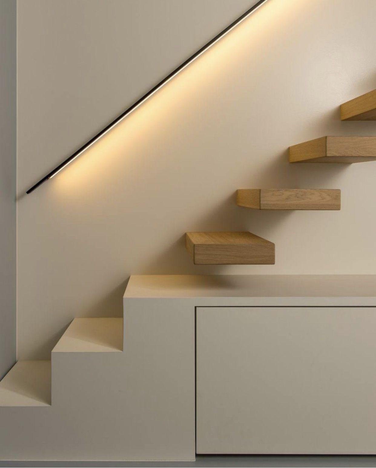 Escalier avec rangements et main courante éclairée ...