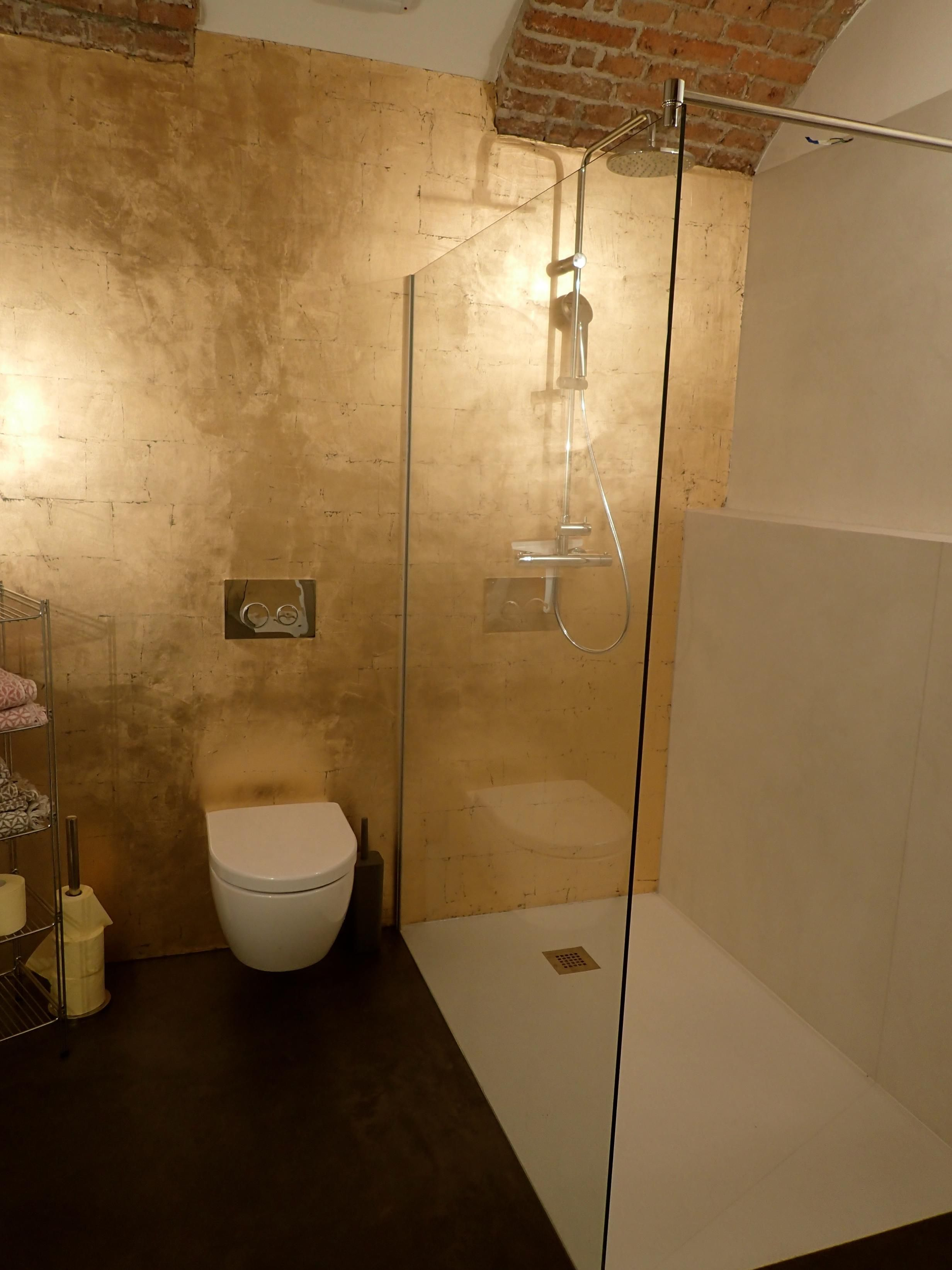 Boden Béton CIré Original in einem Badezimmer. Farbe 32 ...