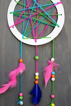 How to make a dream catcher for kids on jane-can.com! A simple crafts for kids that is fun and easy to do.