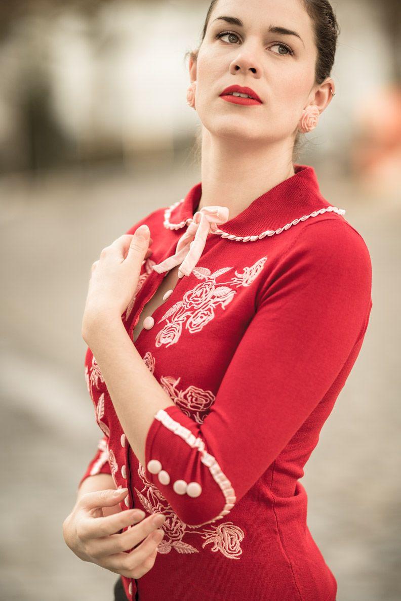 Mode-Bloggerin RetroCat mit dem Dita von Teese Cardigan in Rot mit ...