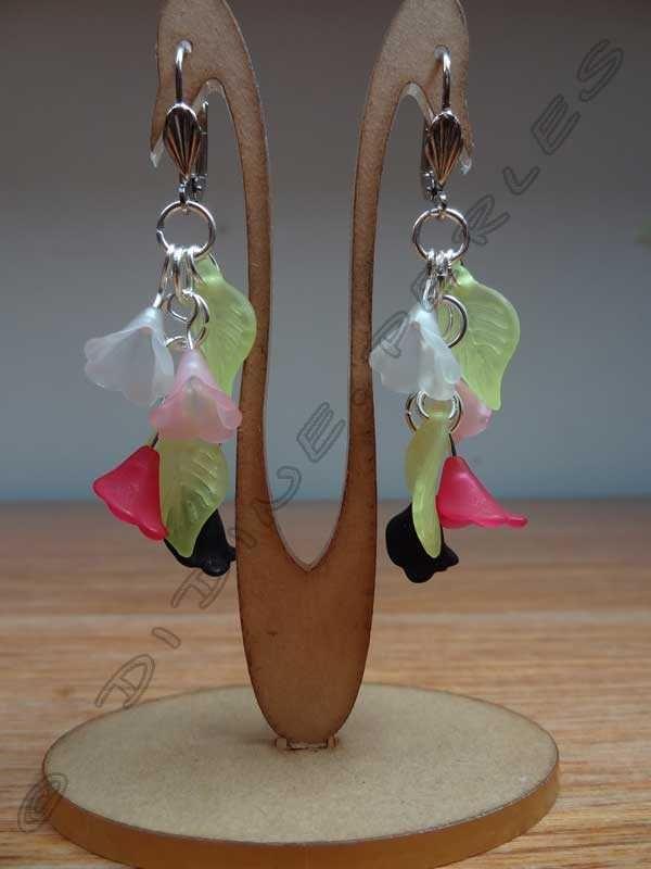 boucles d'oreilles n°51 - perles filigranées en argent vieilli, fleurs et feuilles en lucite<br>attaches traitées anti-allergies