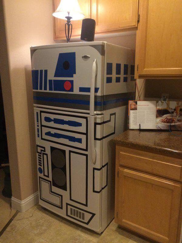 Ooooooooo.......Daddy want!!! R2-D2 decorated fridge.